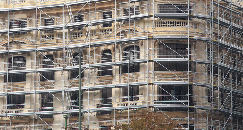 Trabajo de rehabilitación y restauración de fachadas