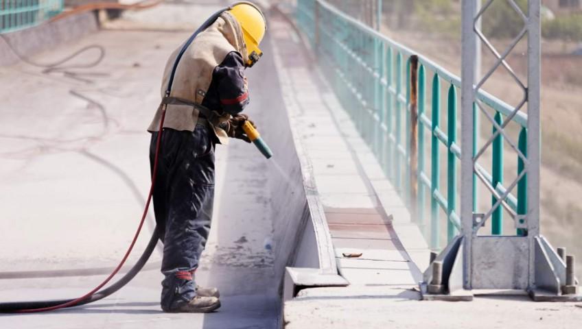 Usos y beneficios del chorro de arena para la limpieza de superficies