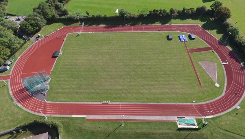 ¿Cómo se construye una pista de atletismo?